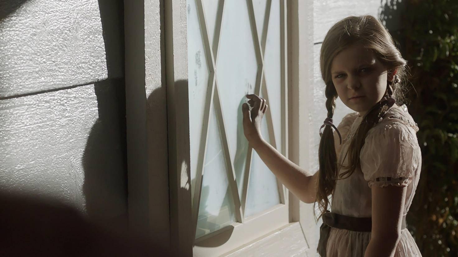 """Samara Lee gibt sich erneut als Bee aus """"Annabelle 2: Creation"""" die gruselige Ehre."""