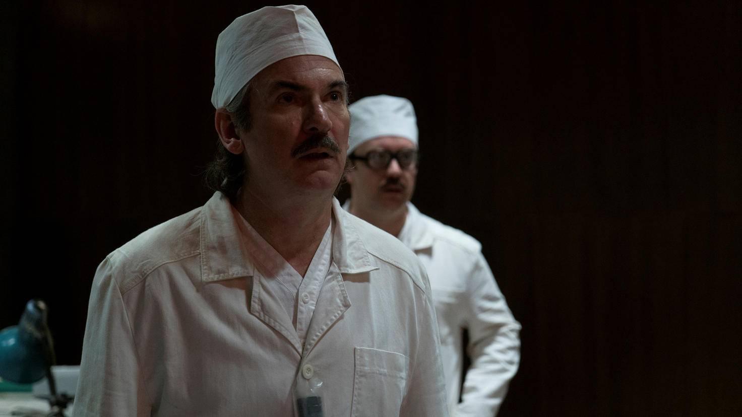 Projektleiter Dyatlov (links) will davon nichts hören, dass der Kernreaktor explodiert ist.