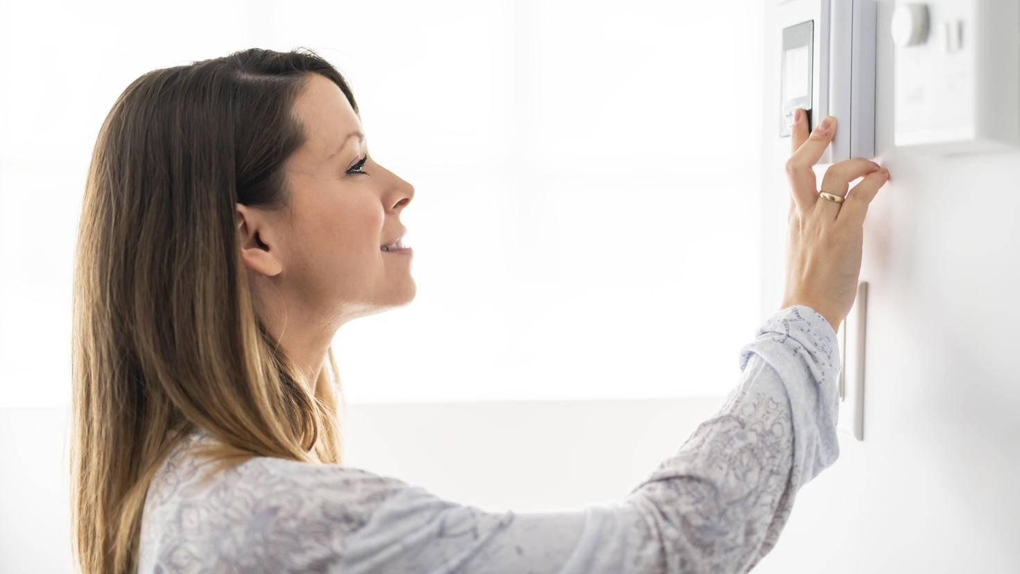 Display-Thermostat-Stromzähler-Frau-pololia-AdobeStock_233253593