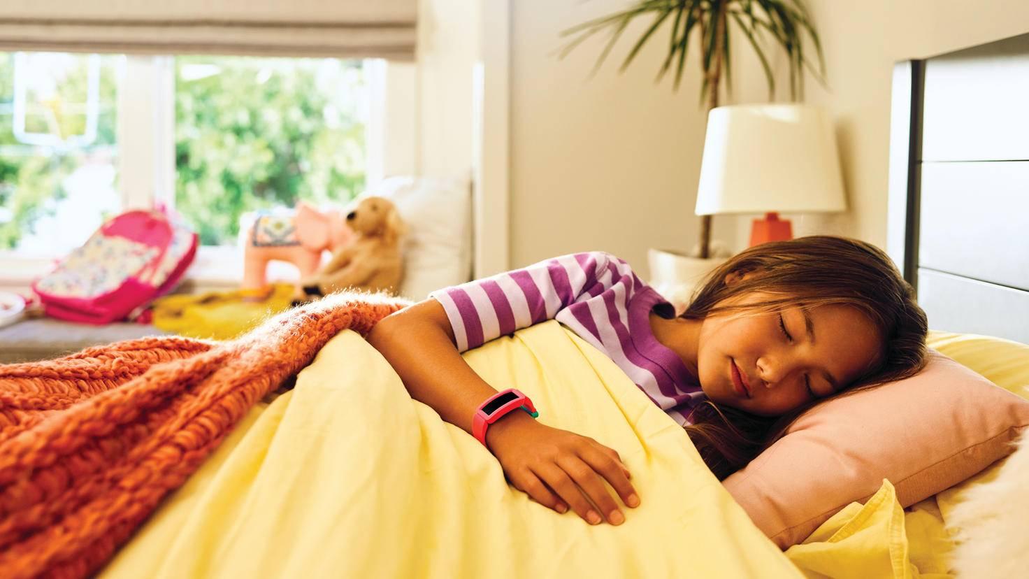 Wie schon der Fitbit Ace zeichnet auch der Ace 2 den Schlag Deines Kindes auf.