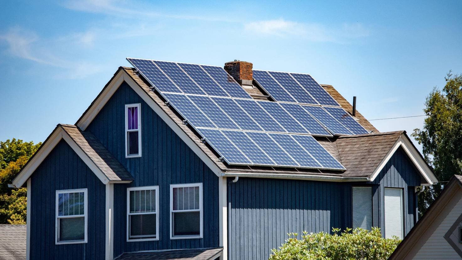 Solaranlage-Fotovoltaik-Haus-CLShebley-AdobeStock_166916488