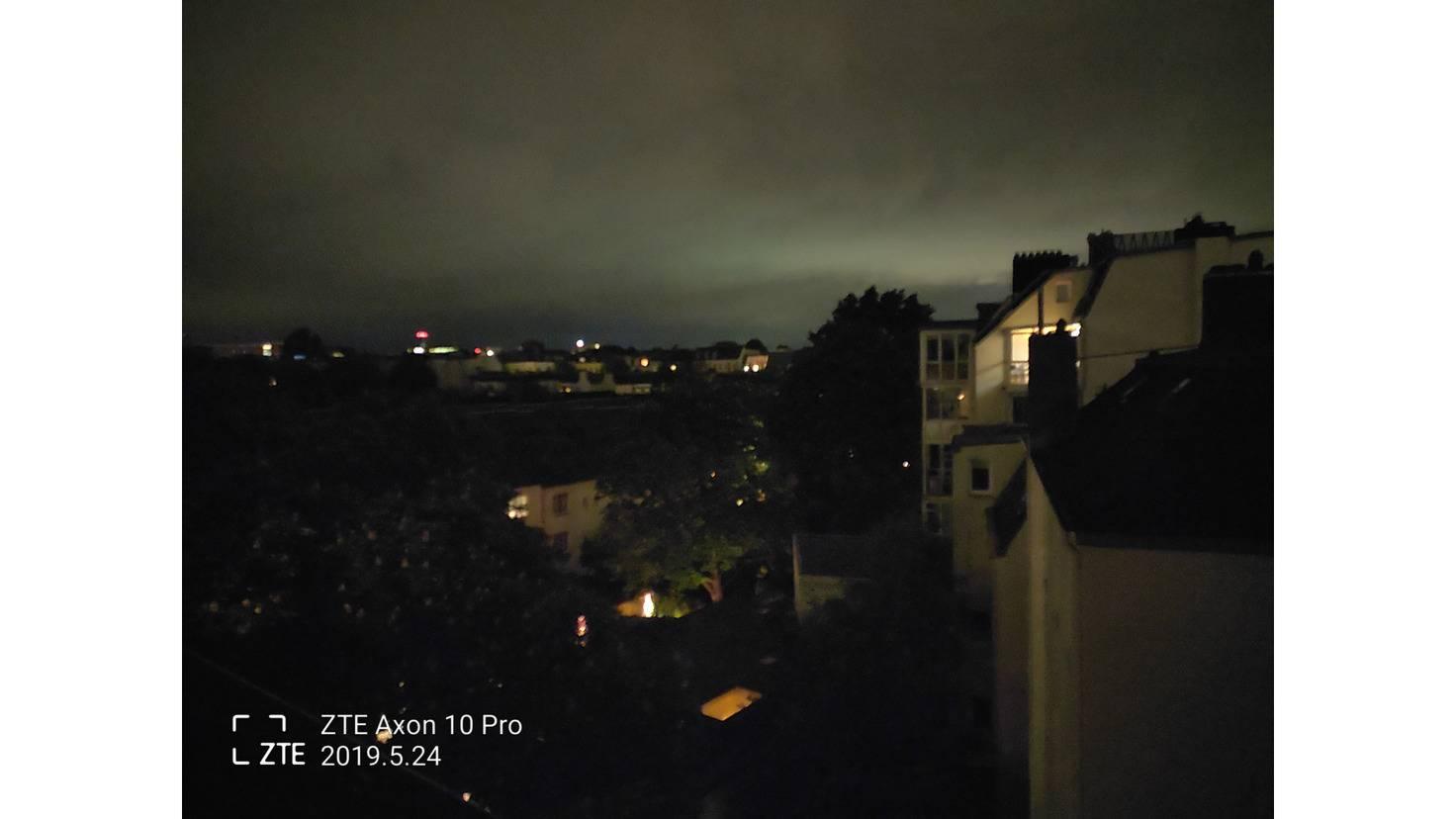 Ohne Nachtmodus sehen Nachtszenen zumindest recht scharf aus.