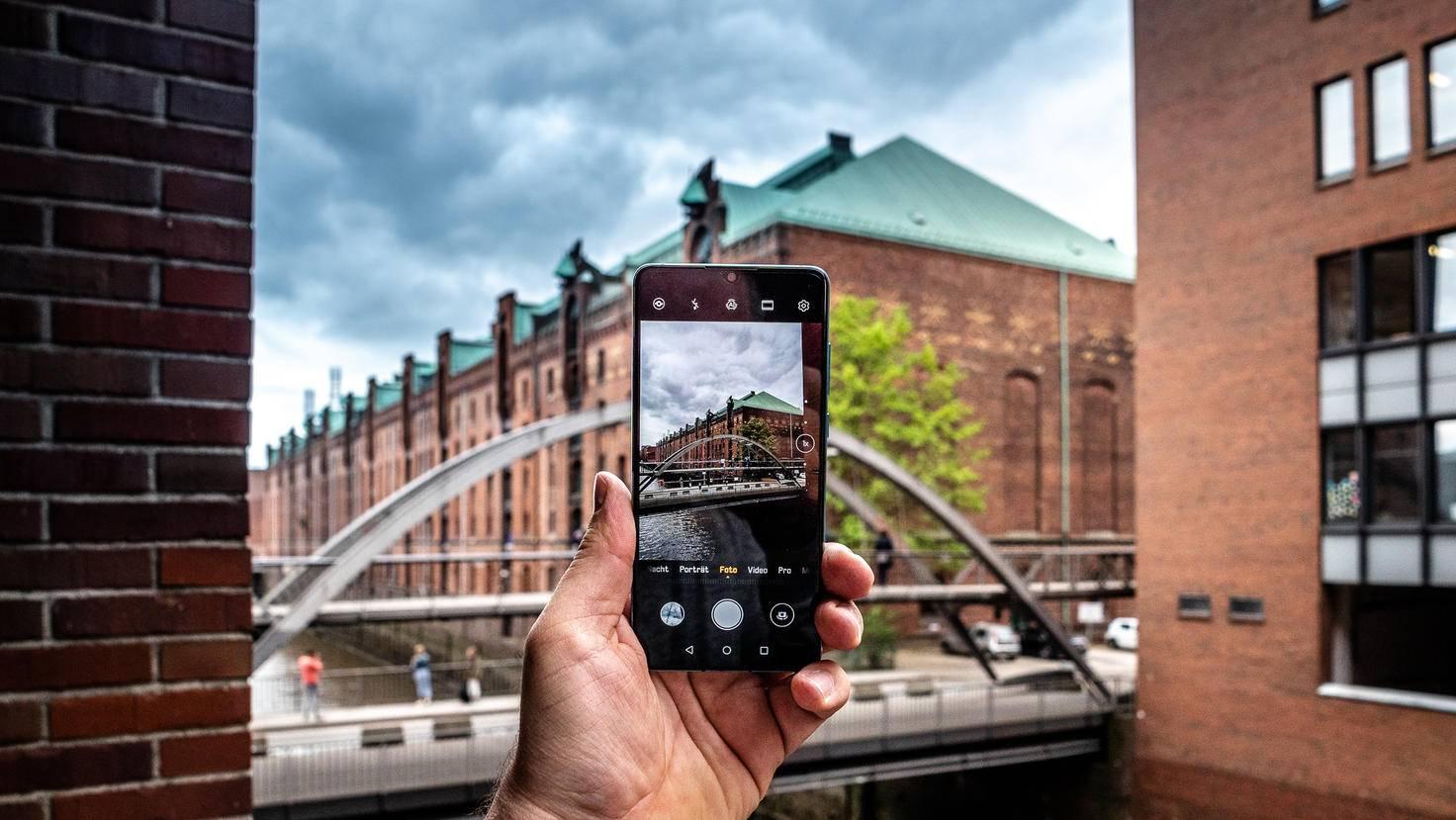 Praktisch für das Fotografieren ist auch die handliche Größe des Smartphones.