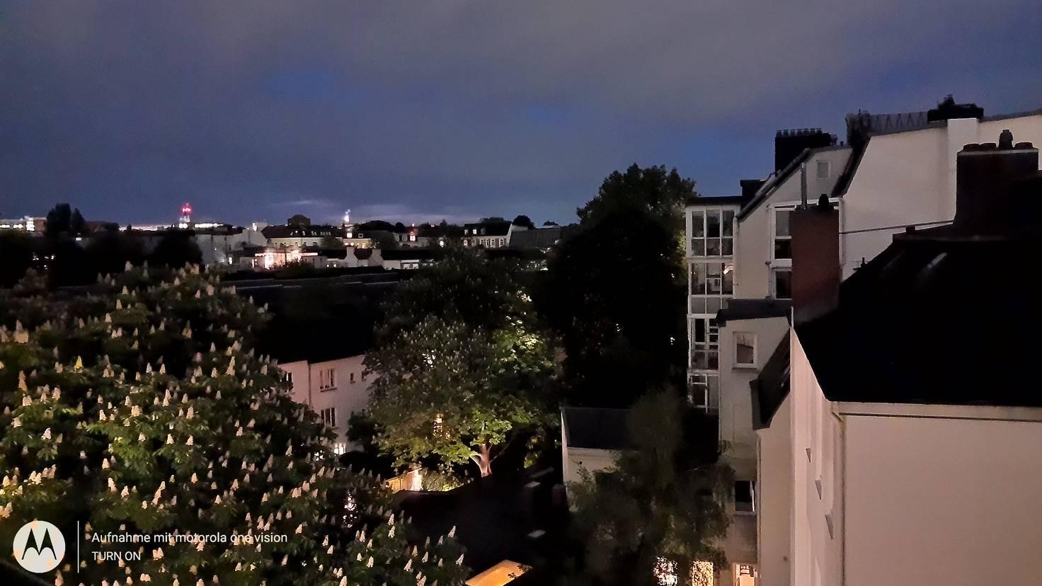 Der Nachtmodus macht die finstere Szene gut erkennbar.