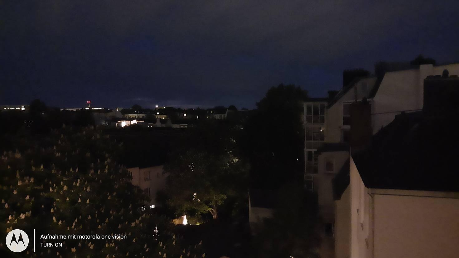 Ohne den Nachtmodus ist in der Dunkelheit kaum noch etwas zu sehen.