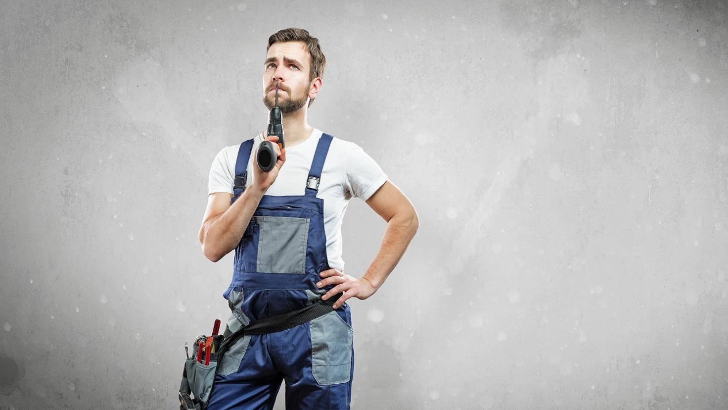 Mann denkt über sein nächstes Heimwerker Projekt nach