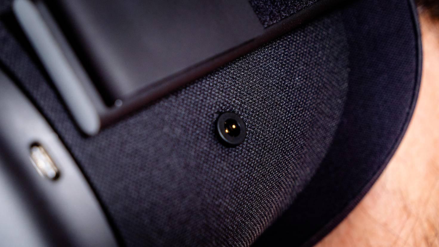 Die internen Lautsprecher sind zufriedenstellend, besseren Sound gibt's mit Kopfhörern.