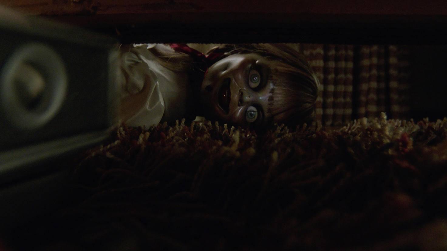"""In """"Annabelle Comes Home"""" lauern diverse Horrorklischees unter dem Sofa."""