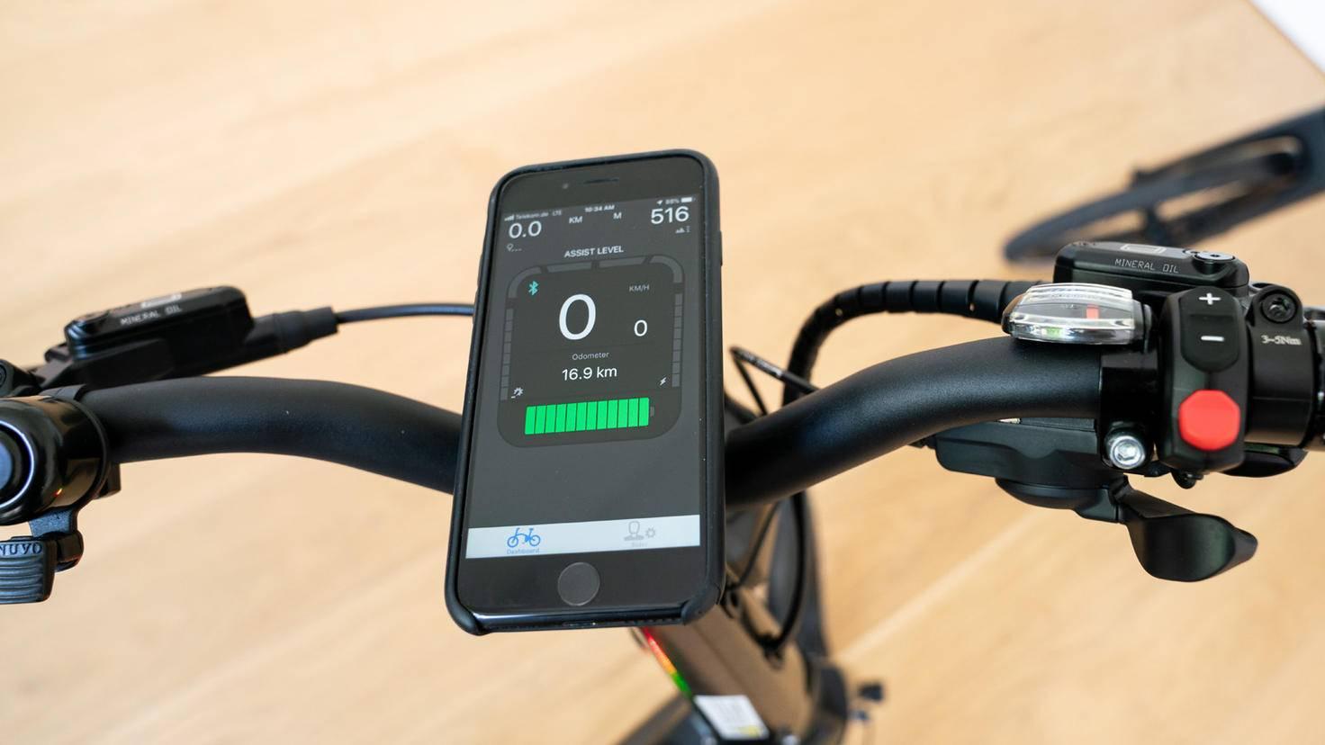 Dank integrierter Halterung avanciert Dein Smartphone schnell zur Kontrolleinheit für Dein Ariv-Bike.
