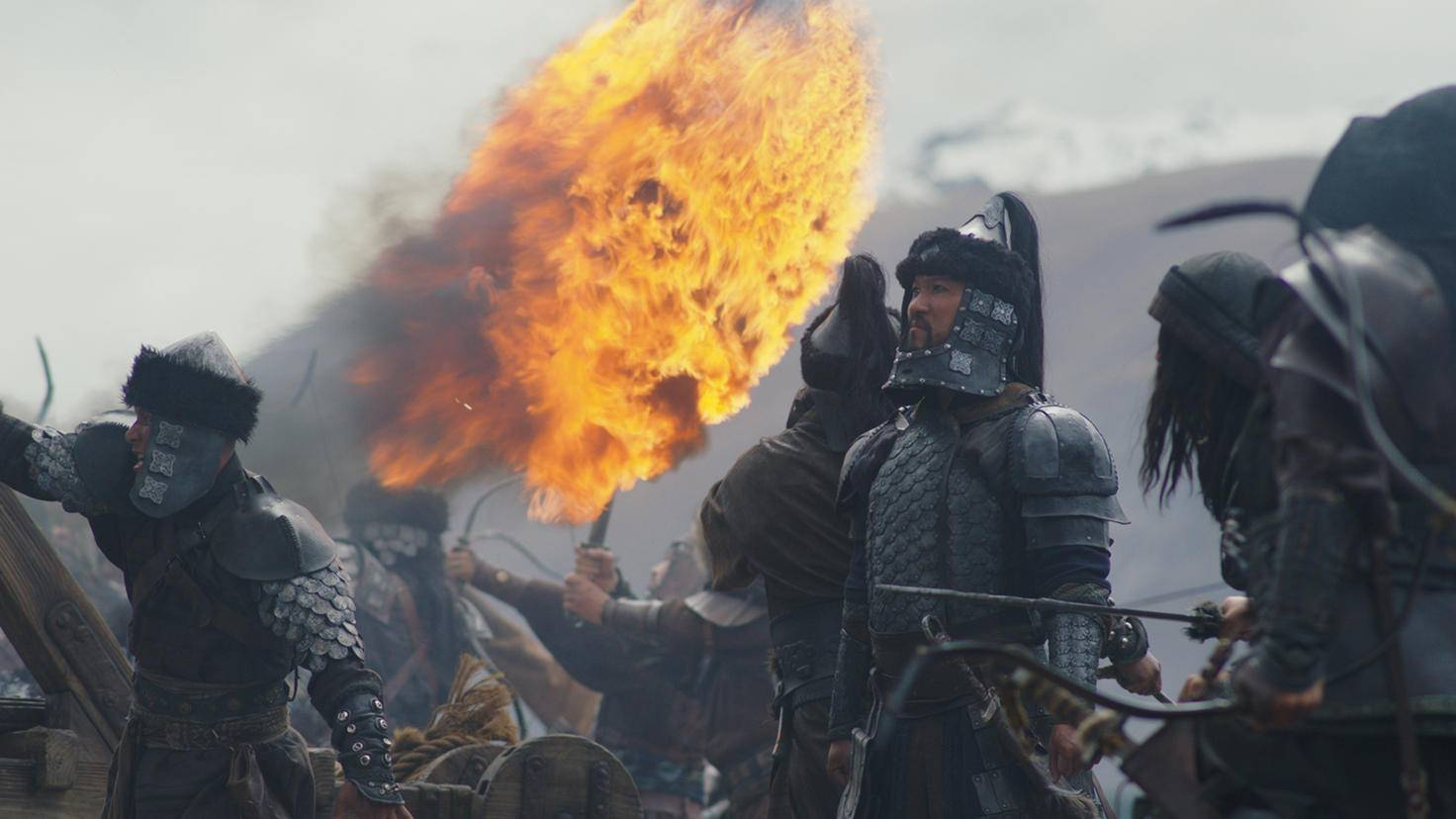 Jason Scott Lee (rechts neben dem Feuerball) darf sich als Bösewicht Bori Khan ordentlich ins Zeug legen.