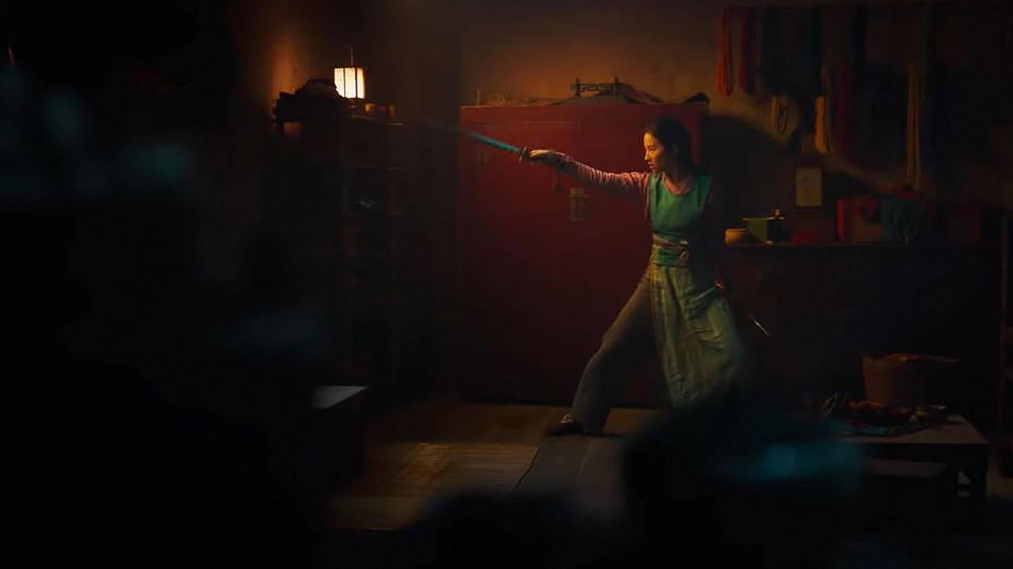 ... übt Mulan zu Hause heimlich mit dem Schwert ihres Vaters. Zumindest diese Szene kennen wir.
