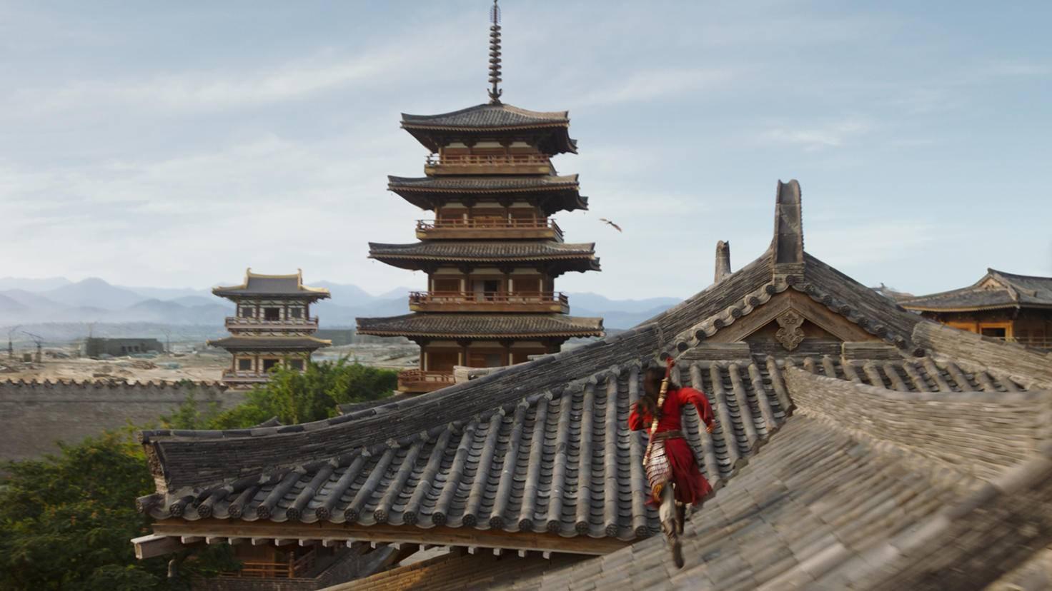 Mulan nimmt auf den Dächern der Hauptstadt die Verfolgung auf.