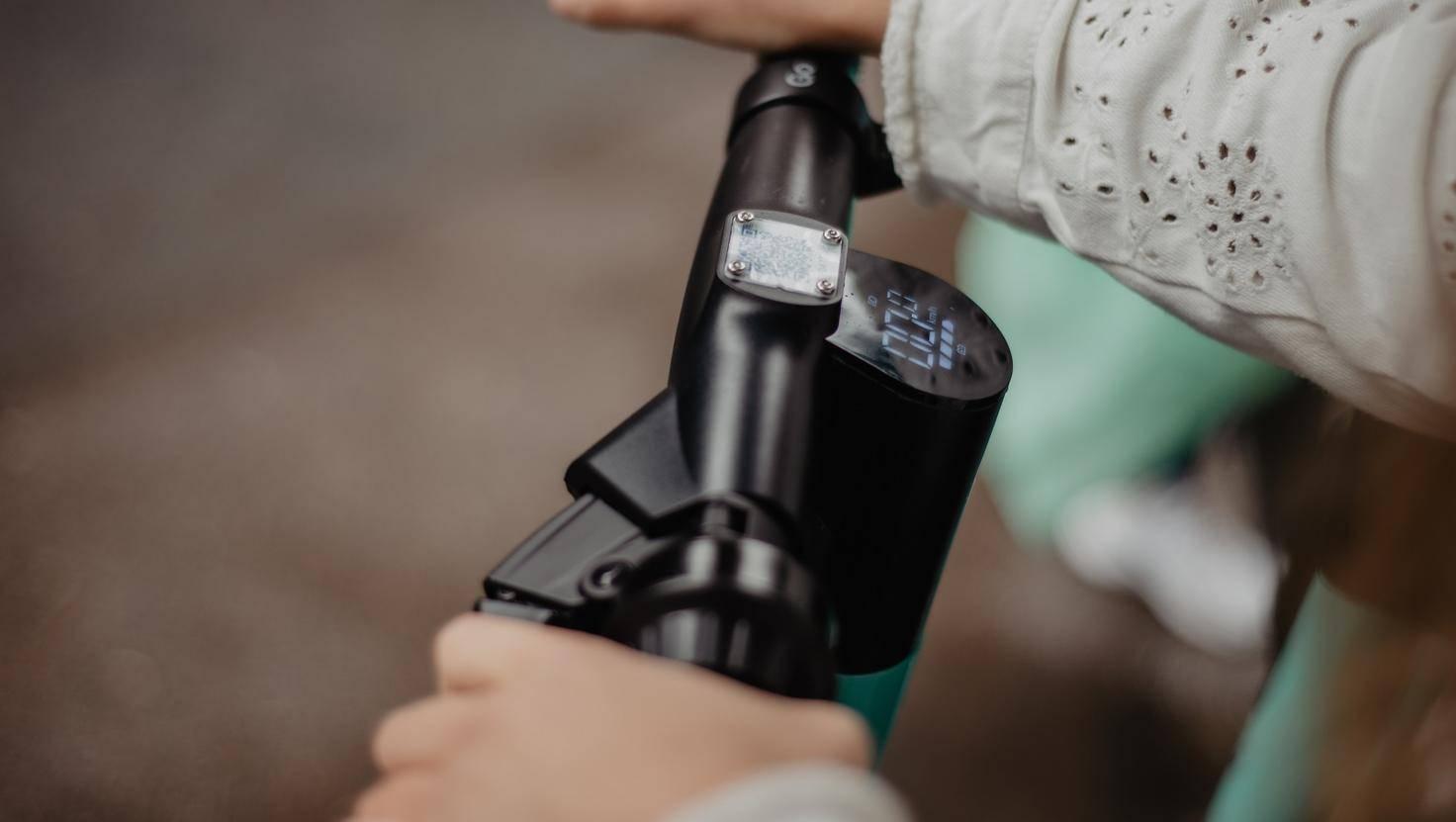 Tier E-Scooter mit Geschwindigkeitsanzeige