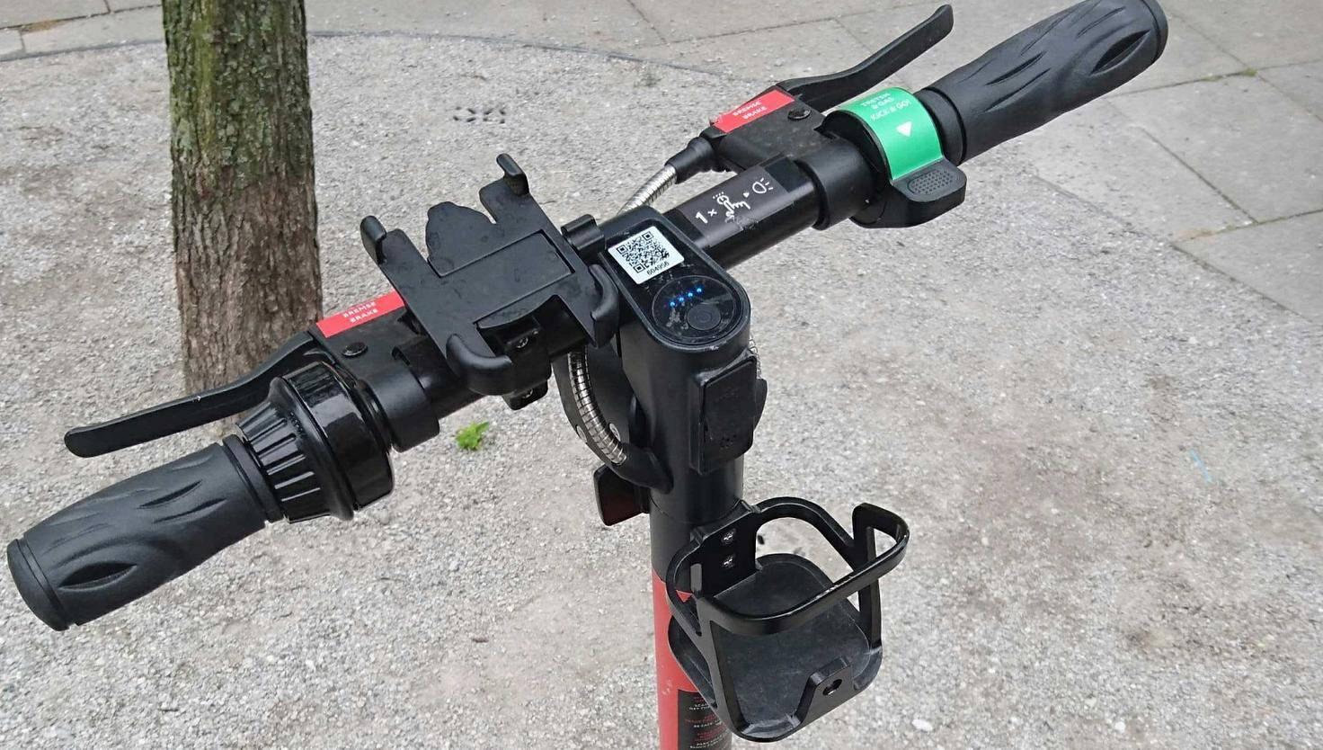 Circ E-Scooter mit Smartphone- und Getränke-Halterung