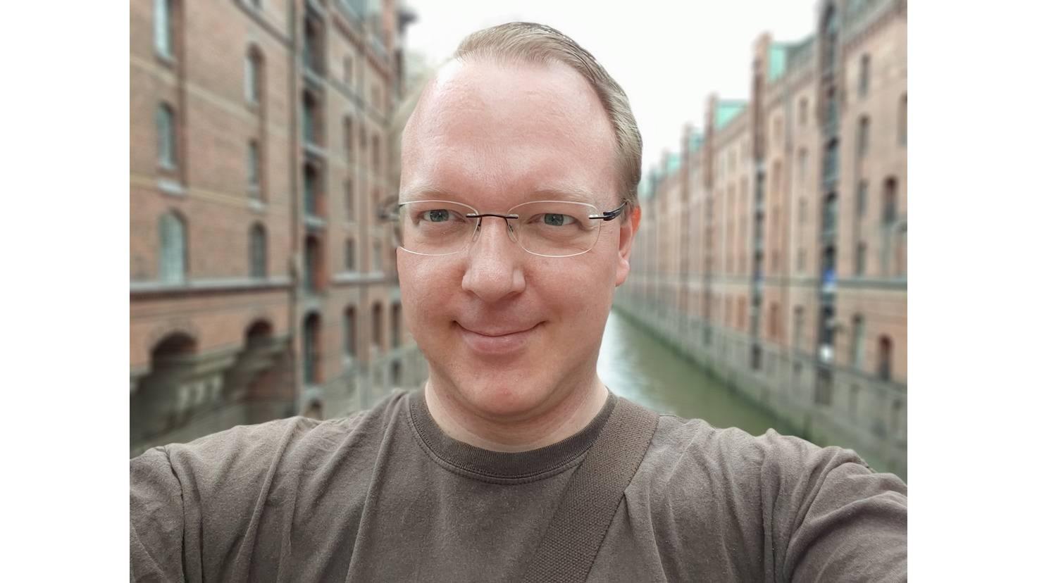 Hier ein Selfie von Andreas mit dem LG G8S.