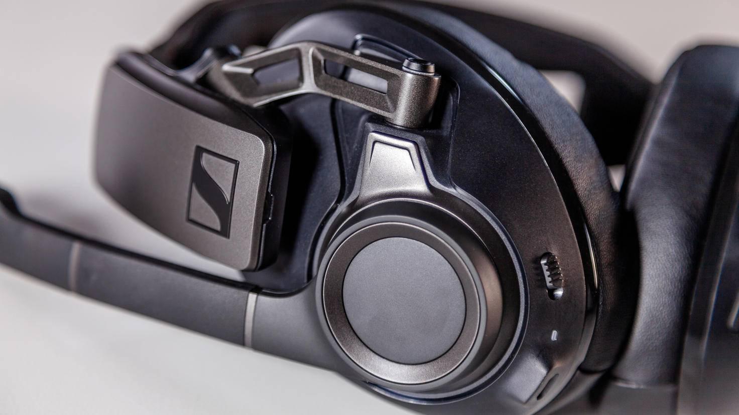 Die Hörer sind über einen flexiblen Metallarm mit dem Kopfbügel verbunden.