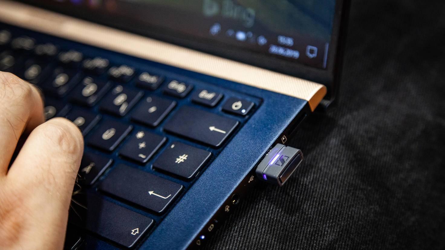Der Klang wird über einen kleinen USB-Transmitter von der PS4 oder dem PC übertragen.