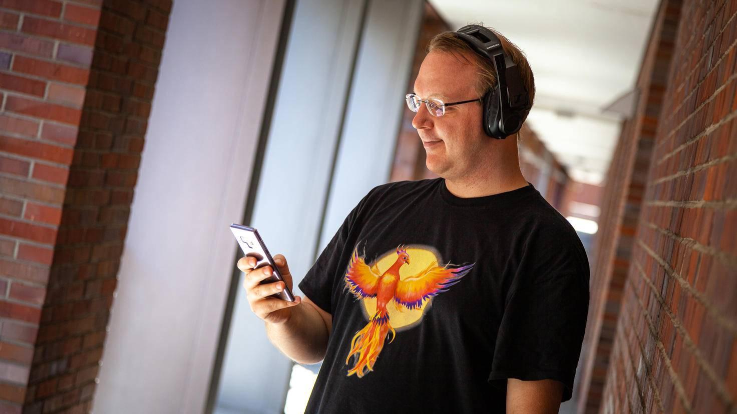 Das Headset lässt sich dank Bluetooth auch zum Musikhören draußen einsetzen – aber das Design passt nicht zu dieser Einsatzoption.