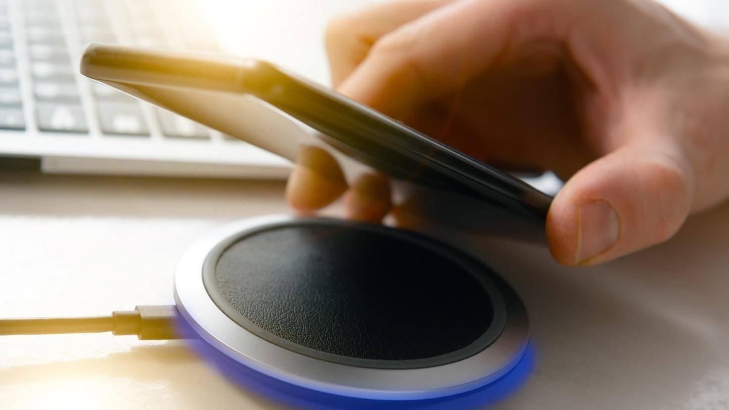 Smartphone beim Wireless Charging