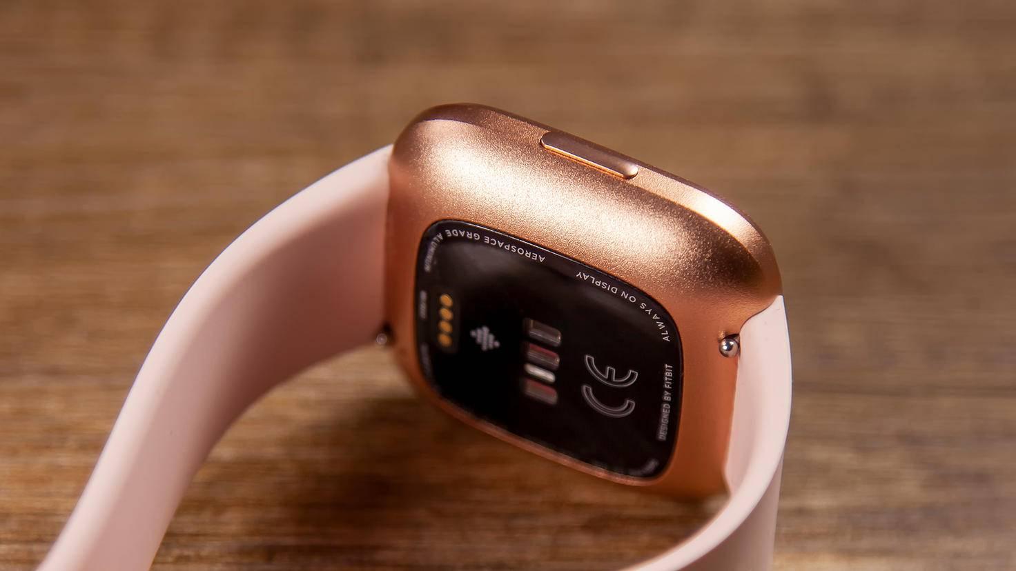 Der Sensor zur Herzfrequenzmessung befindet sich wie gewohnt auf der Rückseite des Gehäuses.