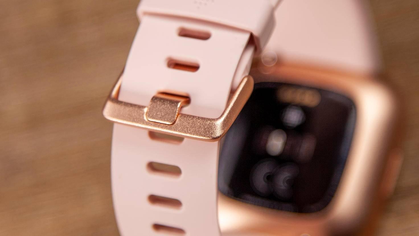 Eine klassische Dornschließe hält die Fitbit Versa 2 sicher und zuverlässig zusammen.
