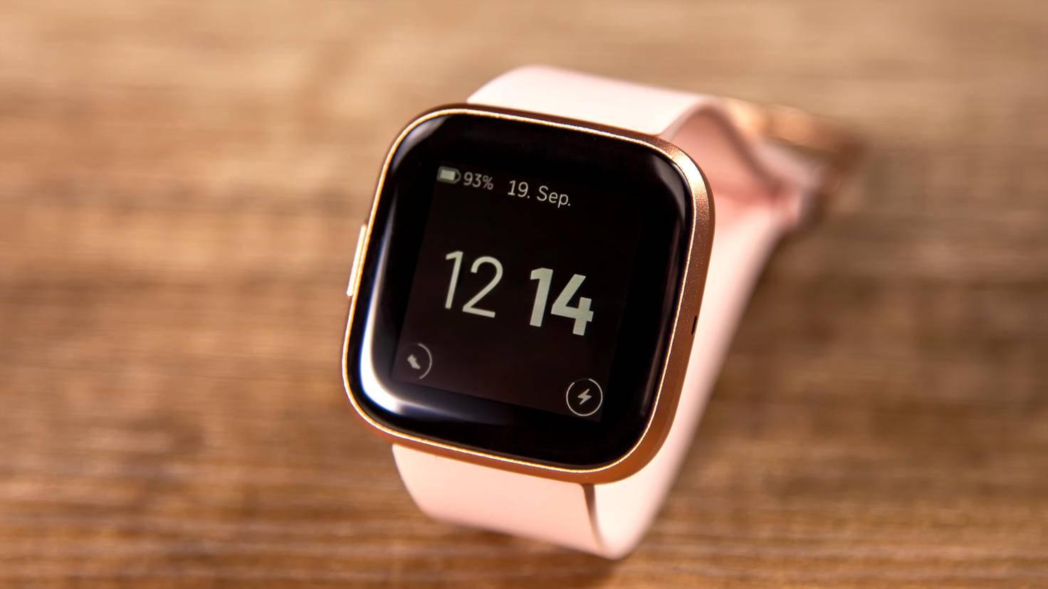 Das Design des Always-On-Displays ist reduziert, dafür ist die Uhrzeit aber immer sichtbar.