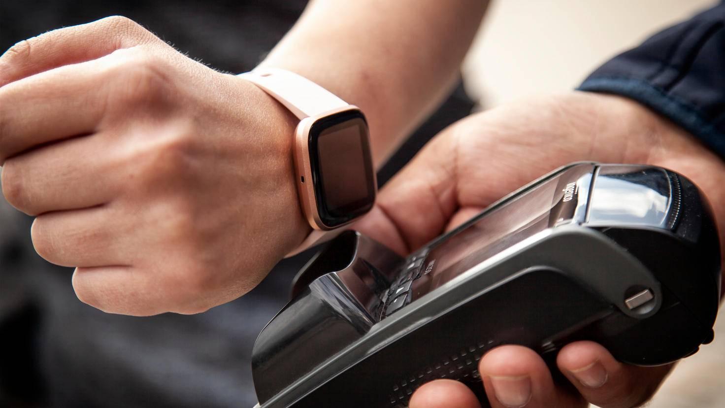 In der Theorie schon nicht schlecht. Jetzt müsste es nur noch mehr Banken geben, mit denen Fitbit kooperiert.