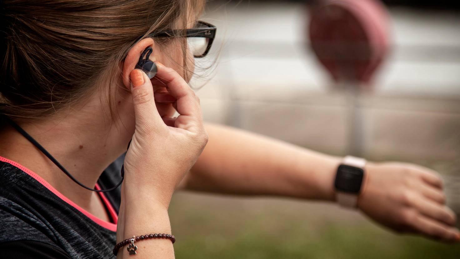 Wenn Du unterwegs Musik hörst, kannst Du über die Smartwatch die Tracks ändern.