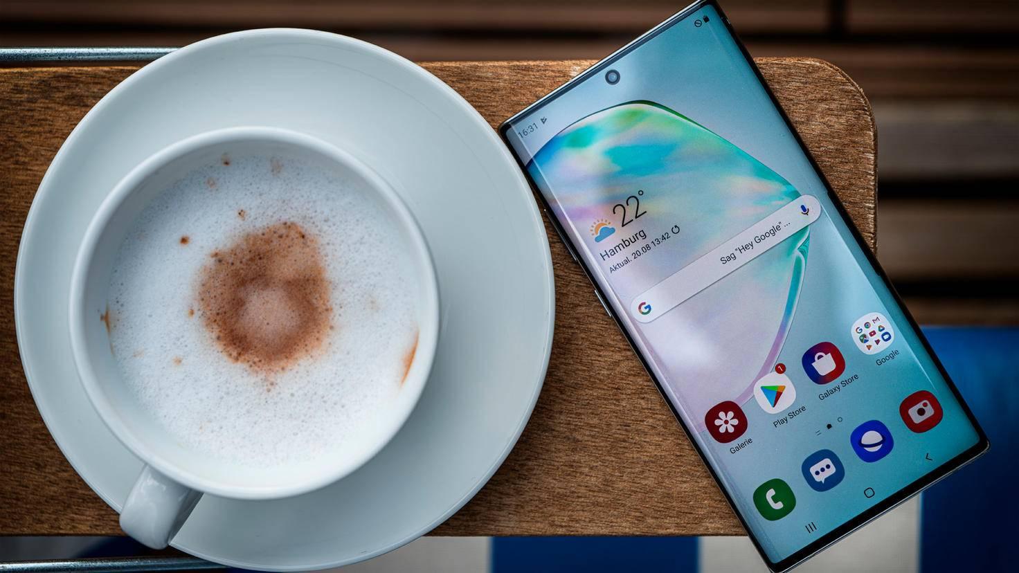 Galaxy Note 10 mit Kaffee