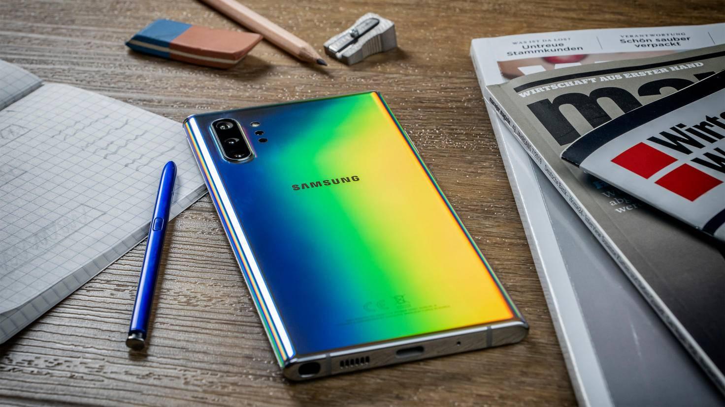 Galaxy Note 10 Plus neben Stift und Zeitungen