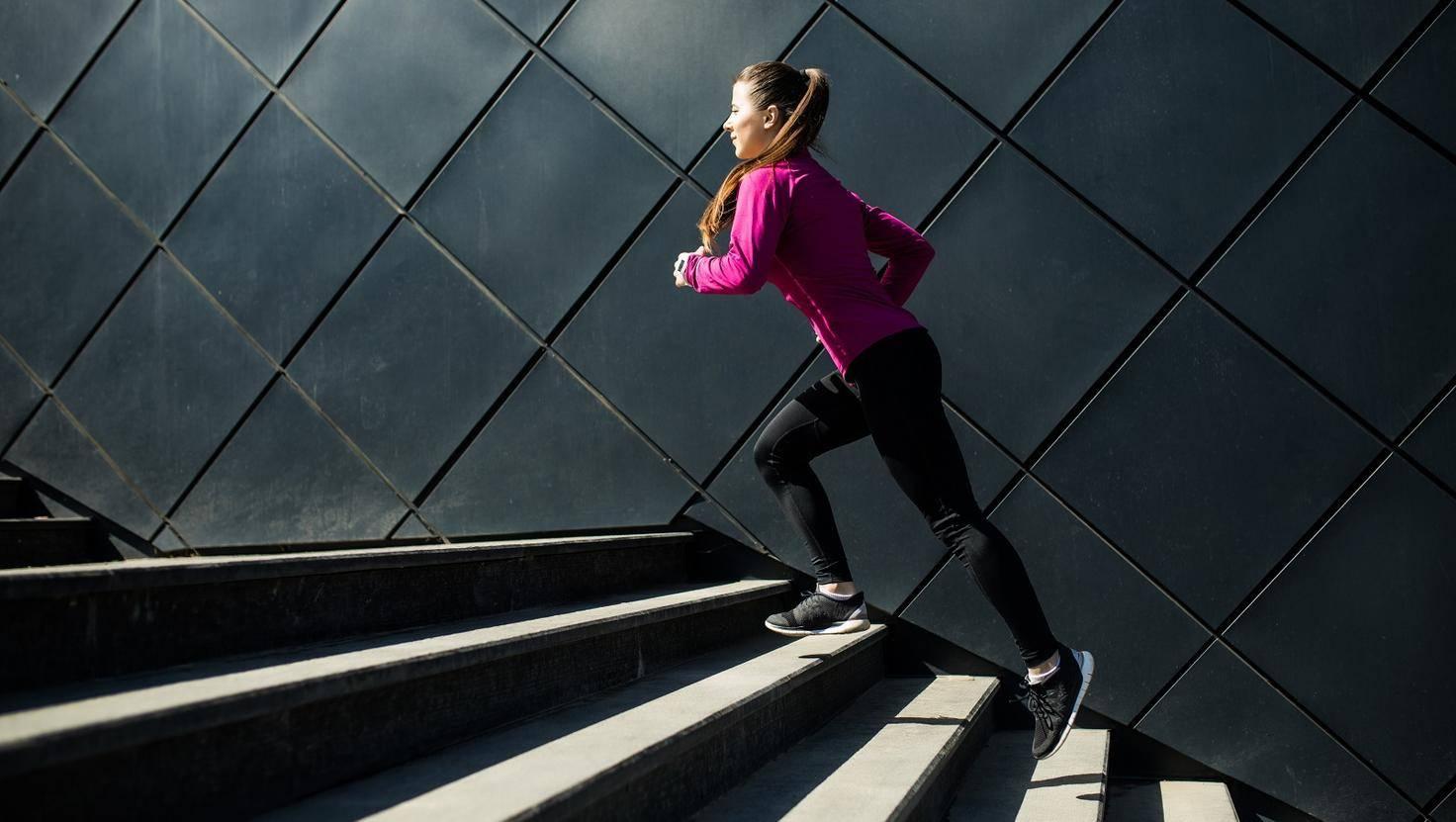 Fitness-Tracker Treppen Stufen laufen Joggerin