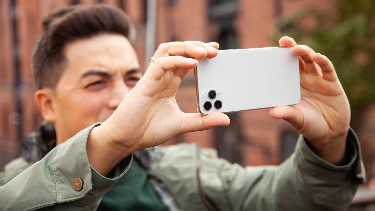 iphone-11-pro-max-lifestyle