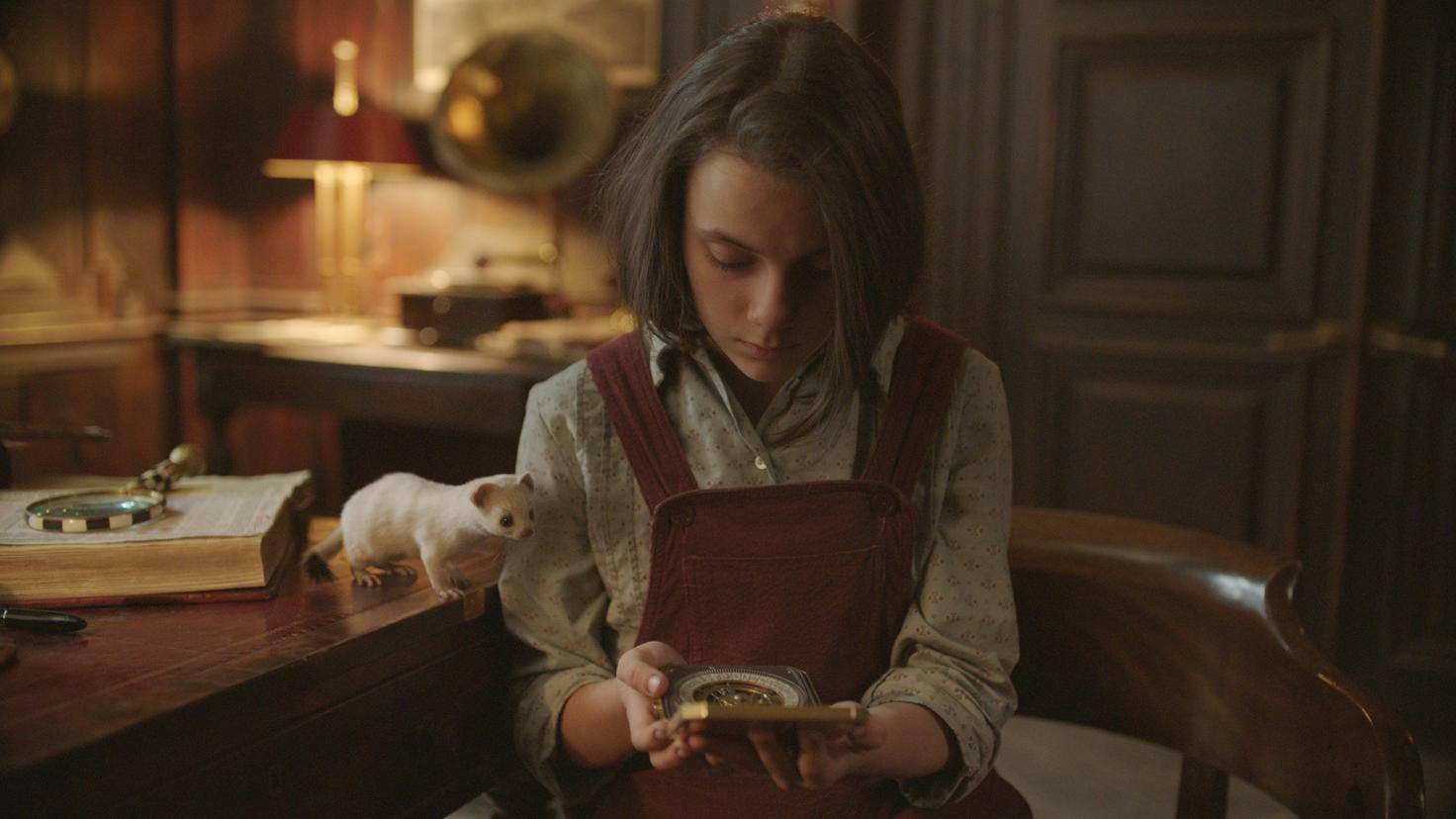 """""""His Dark Materials""""-Star Dafne Keen als Lyra mit ihrem Dæmon Pantalaimon und dem Alethiometer"""