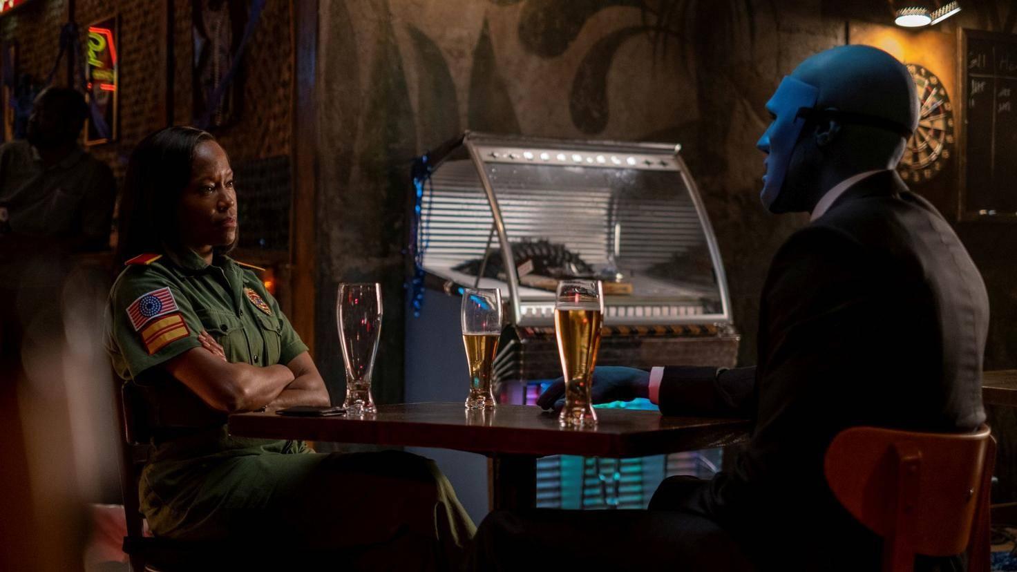 Watchmen-Manhattan-Angela-Bar