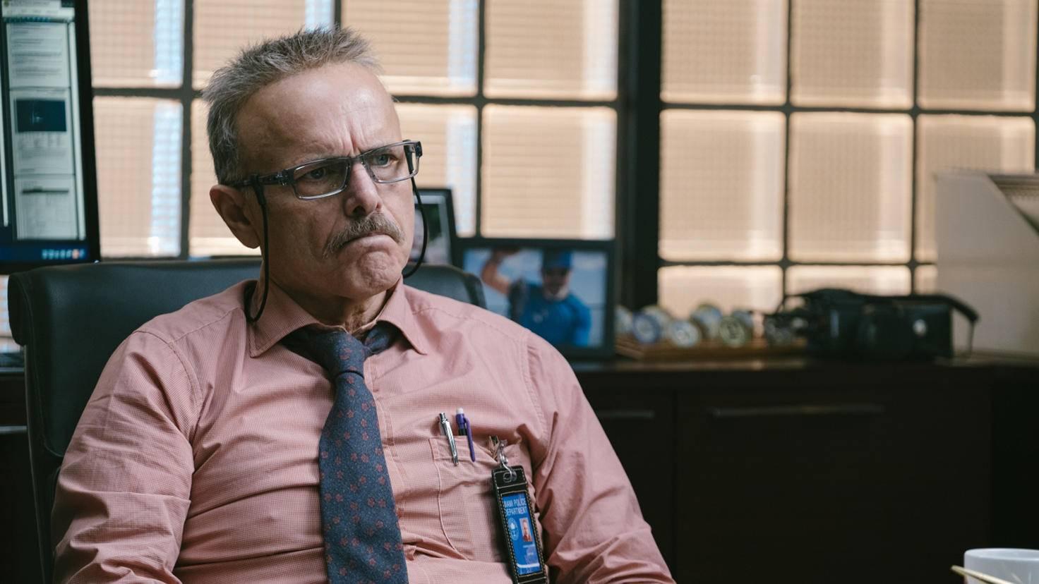 Das Leben könnte für Captain Howard so viel einfacher sein, wenn er nicht so sture Detectives hätte.