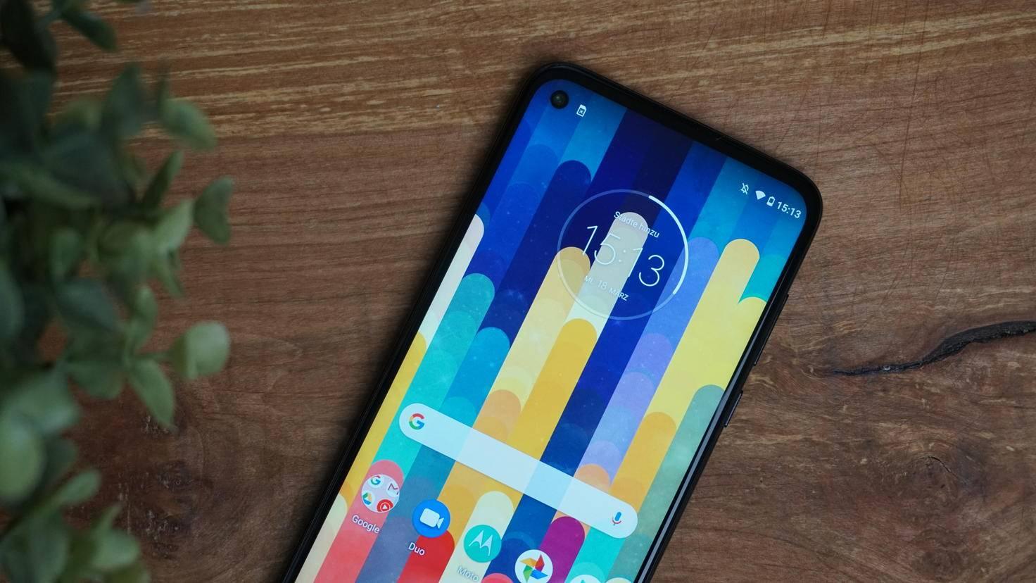 Motorolas Smartphone fällt vor allem durch den großen Akku auf.
