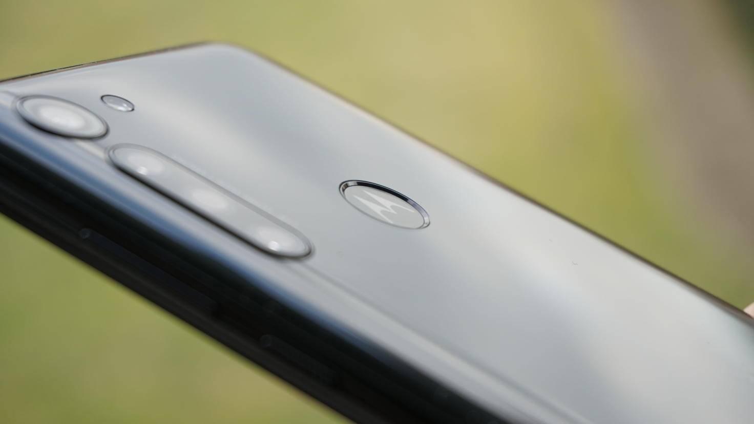 Eine glänzende Rückseite zieht vor allem Fingerabdrücke und Staub an.