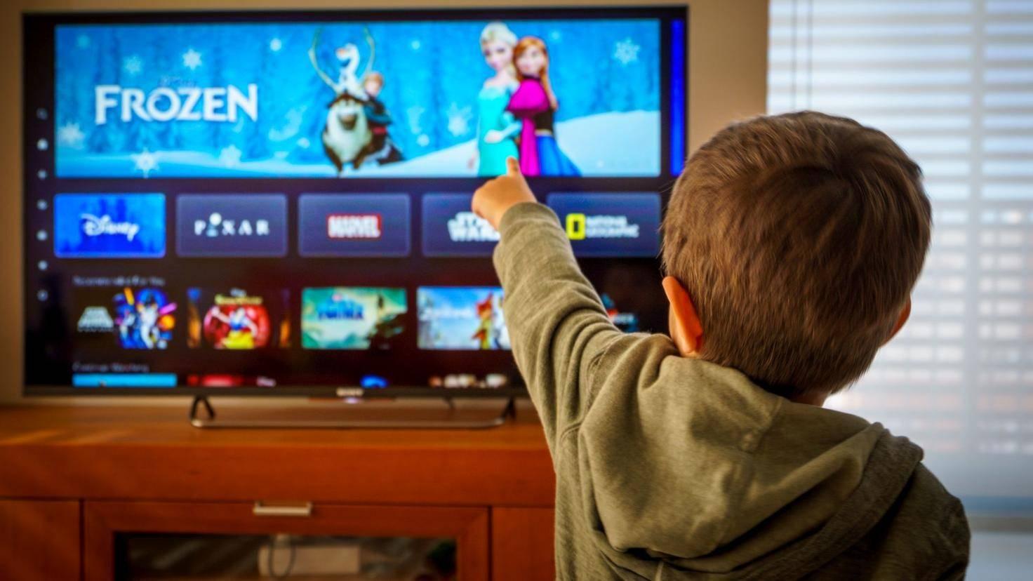 Kleiner Junge schaut TV, Fernsehen