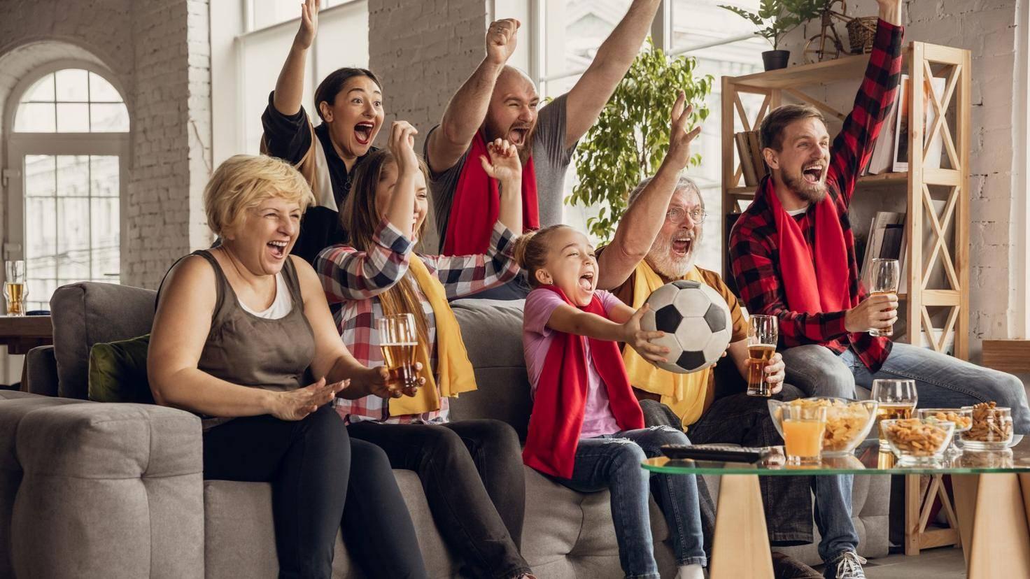 Familie Familie schaut im Fernsehen TV Fußballim Fernsehen Fußball