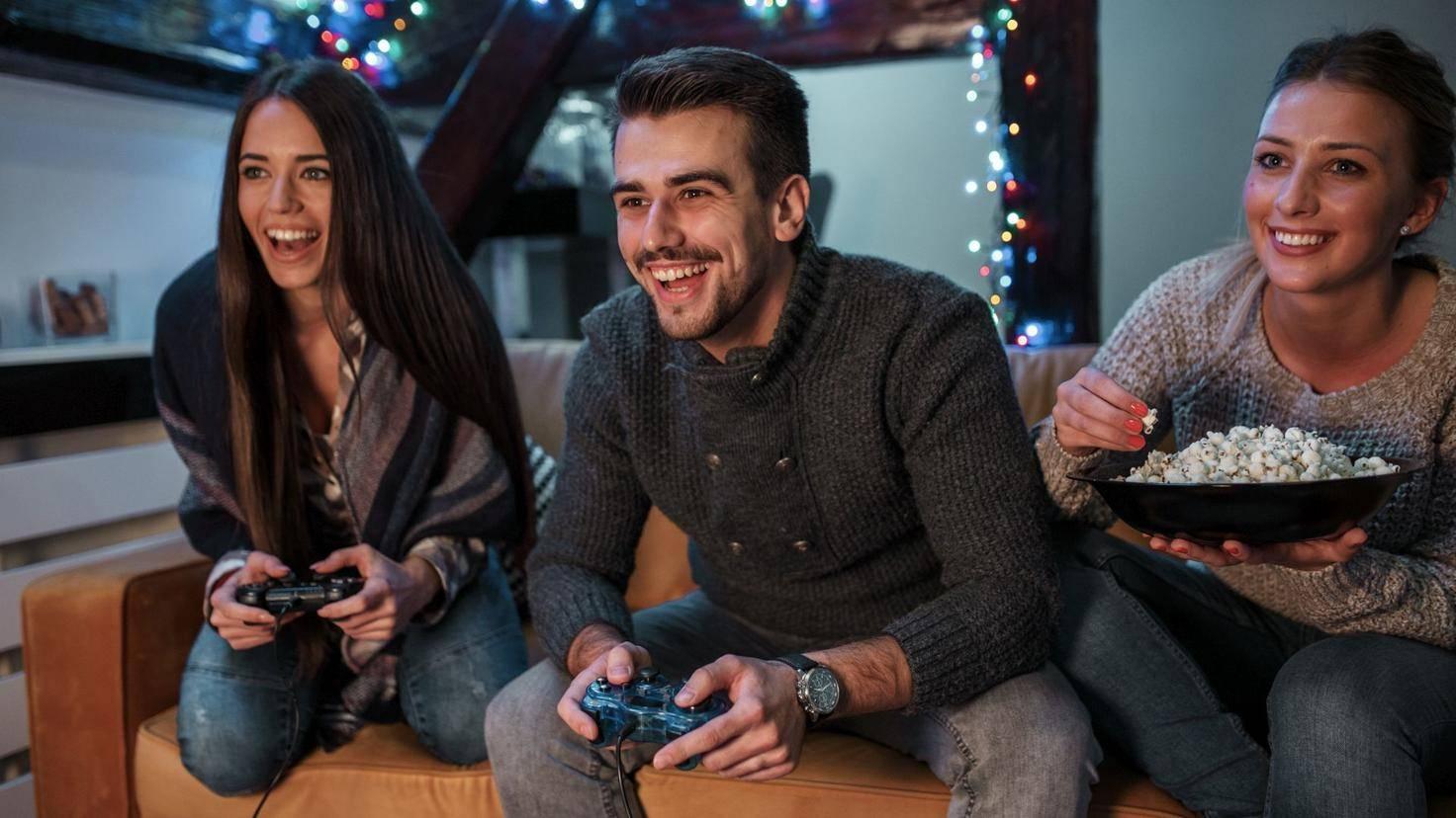 tv-fernseher-gruppe-freunde-konsole-gaming-videospiele-spiele