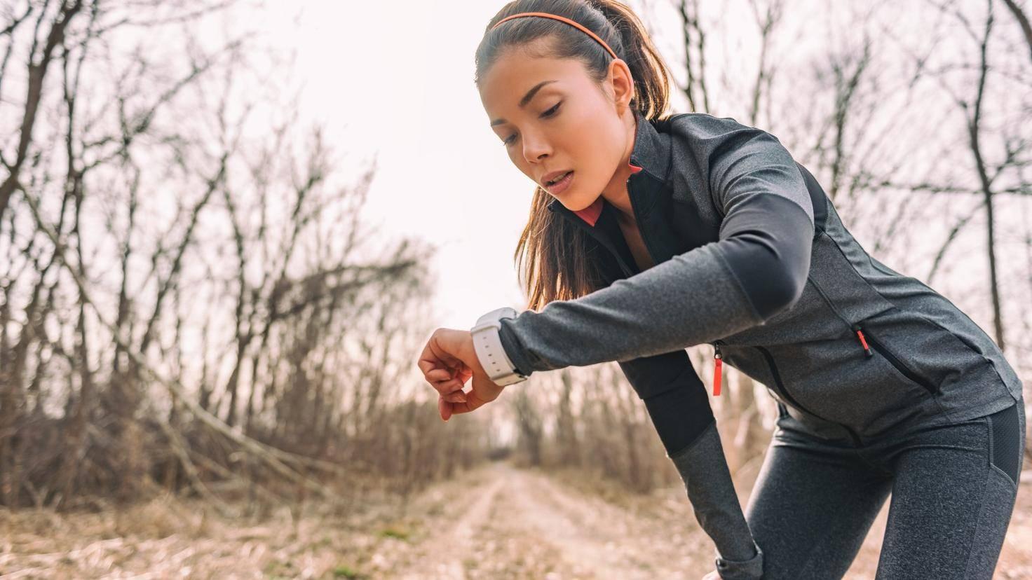 Joggerin schaut beim Sport auf ihre Smartwatch