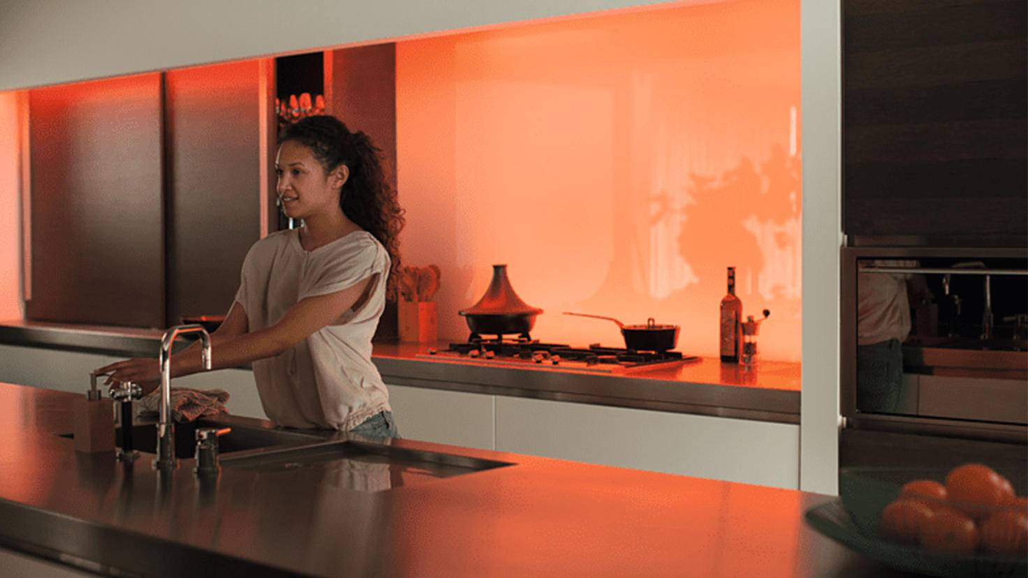 Philips Hue LightStrip Plus in Orange in der Küche