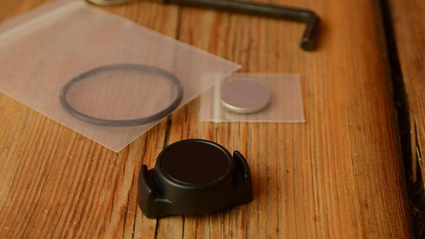 Dieser kleine Geschwindigkeitssensor wird an der Nabe des Vorderrads befestigt und per Bluetooth eingebunden.