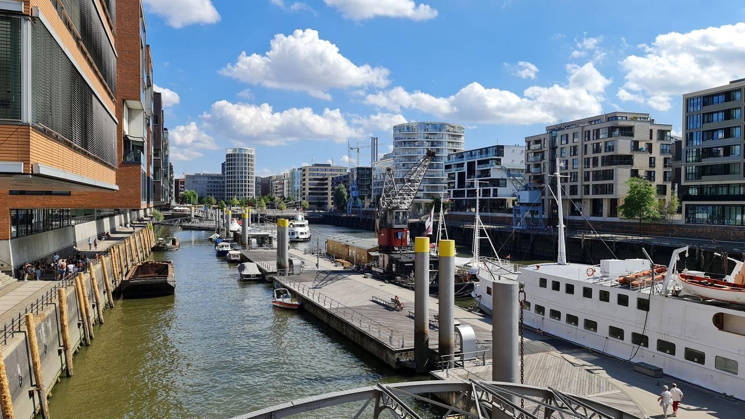 Hamburger Hafencity mit der Hauptlinse fotografiert...