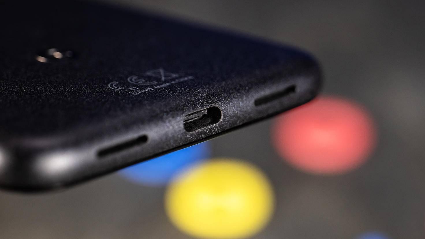 An der Unterseite sitzen zwei Lautsprecher und der USB-C-Anschluss.