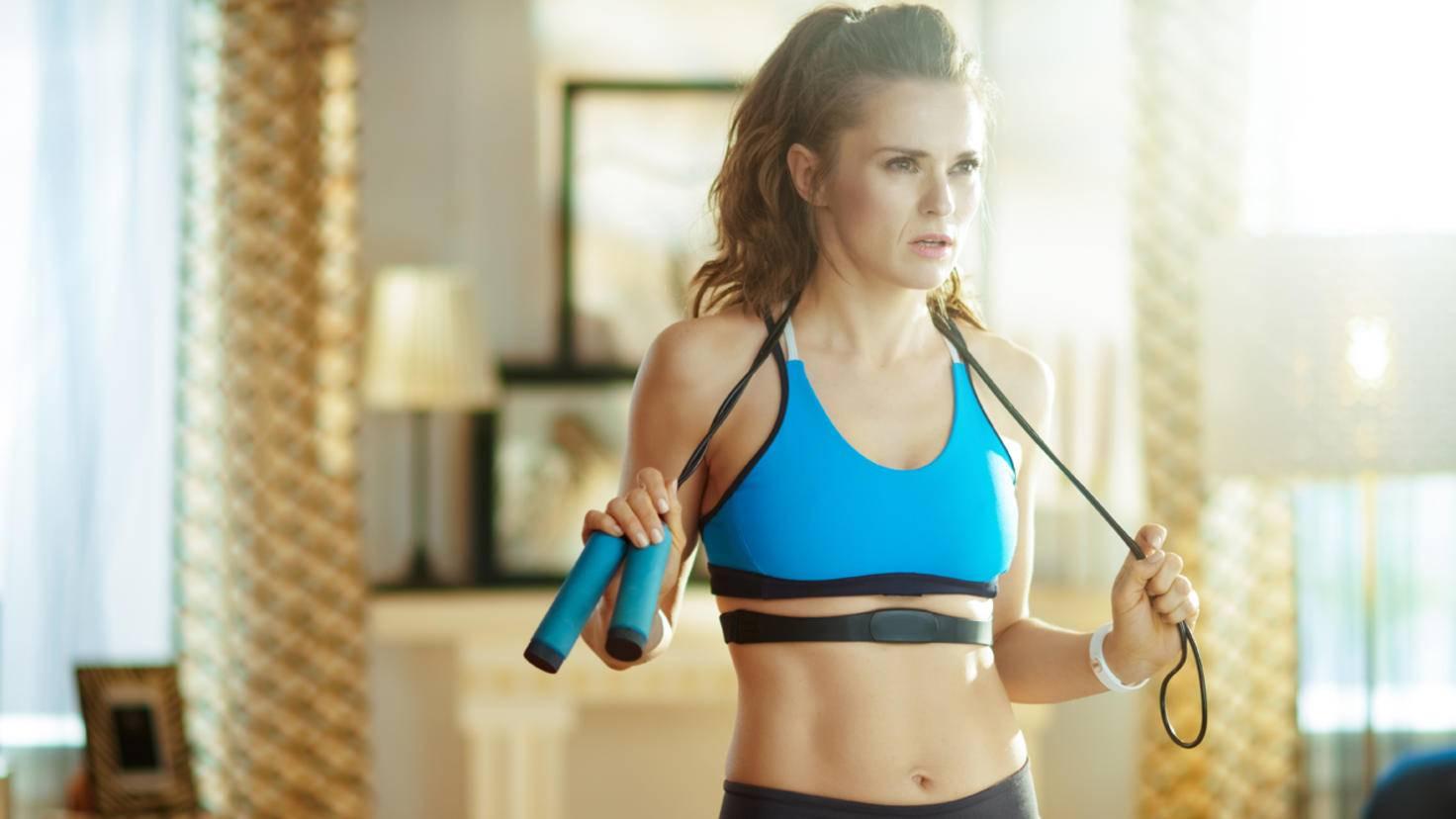 fitnessstudio-zu-hause-guenstige-geraete-springseil