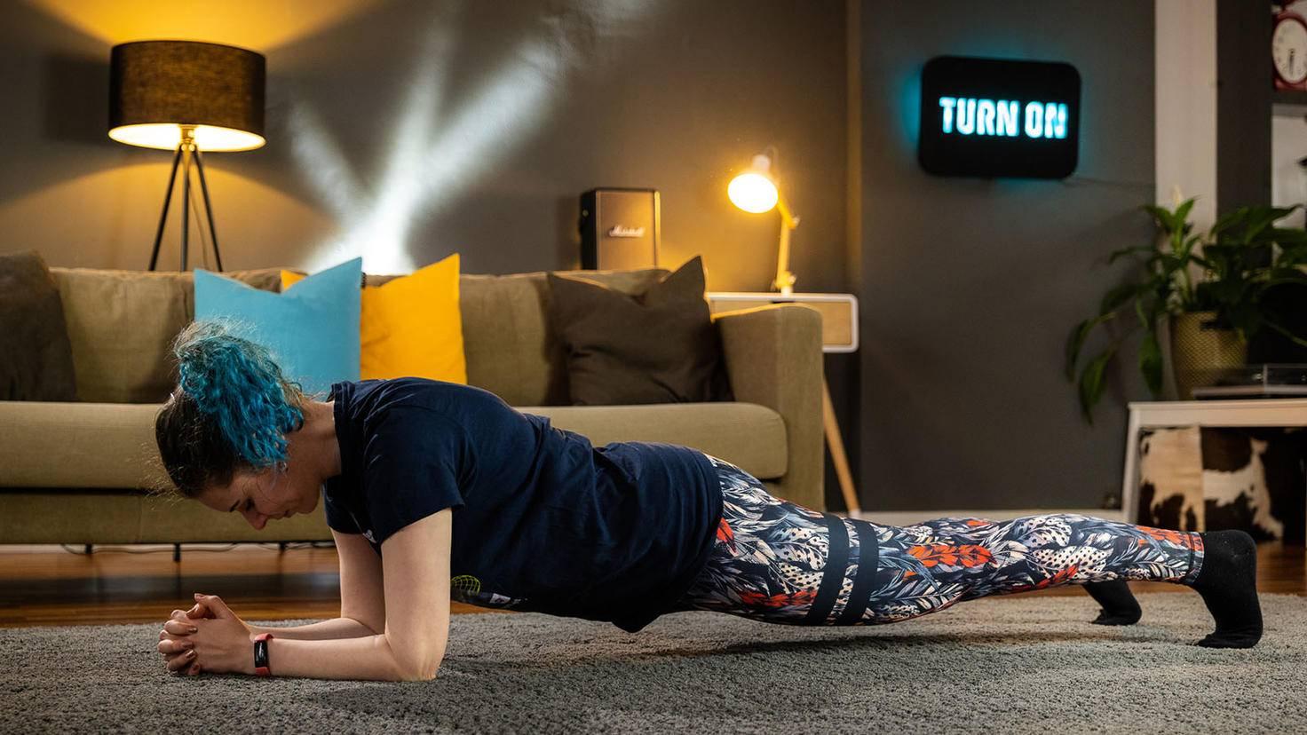 Plank mit Fitbit Inspire 2 am Handgelenk