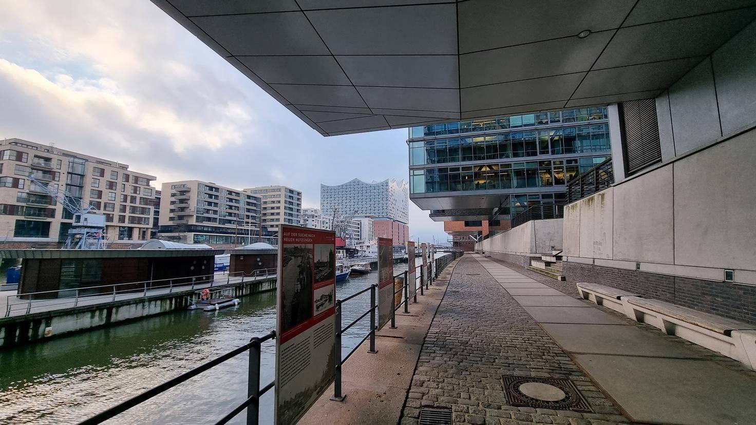 Die Elbphilharmonie mit Ultraweitwinkel fotografiert ...
