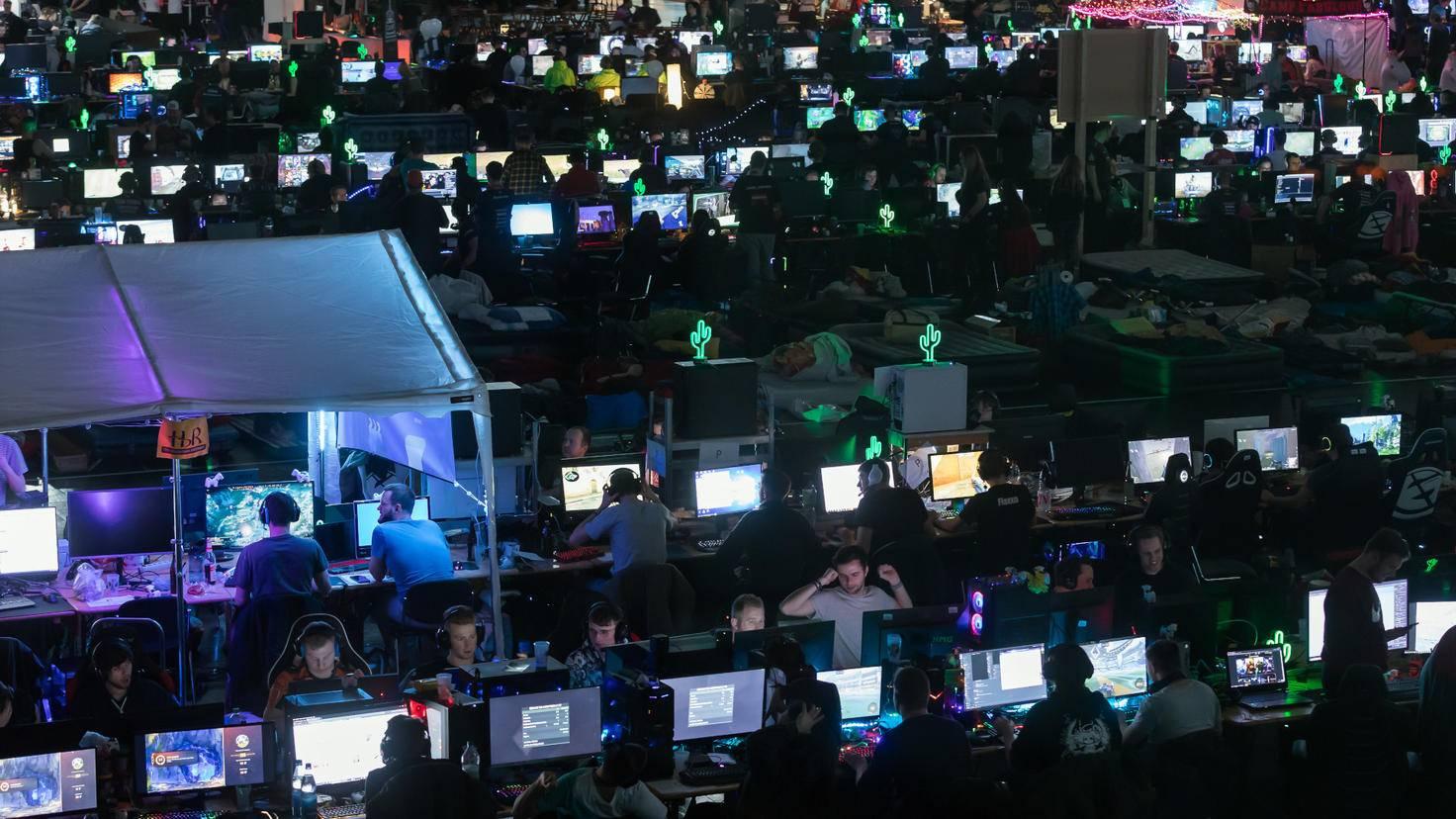 Ein Bildschirmmeer aus leuchtenden Monitoren: das unverkennbare Markenzeichen der Dreamhacks in aller Welt.