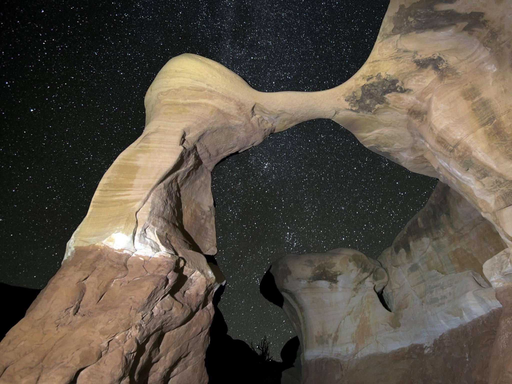 Mit hohen ISO-Werten und langer Belichtungszeit lässt sich bei fast vollständiger Dunkelheit fotografieren.